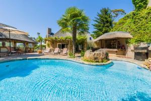 The swimming pool at or close to Ikhaya Safari Lodge