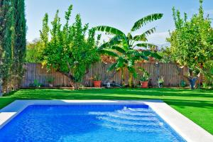The swimming pool at or near Alojamiento Vagón Rural