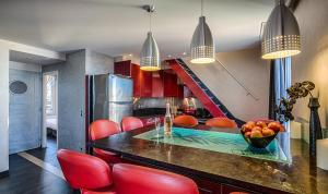 A kitchen or kitchenette at RG Duplex - LRA Cannes