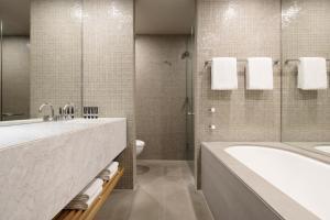 A bathroom at Hotel Realm