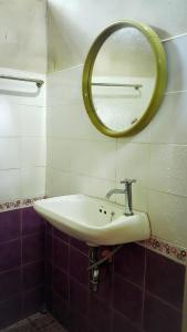 A bathroom at The Sunflower Bungalows