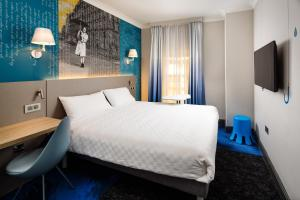 A bed or beds in a room at ibis Styles Manchester Portland
