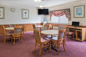 A restaurant or other place to eat at Days Inn & Suites by Wyndham Davenport East