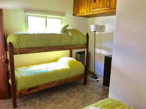 Una cama o camas cuchetas en una habitación  de Complejo Como Vaca