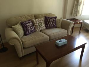 A seating area at Leamington Spa Serviced Apartments - Ince House