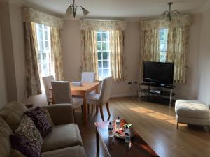 A television and/or entertainment center at Leamington Spa Serviced Apartments - Ince House