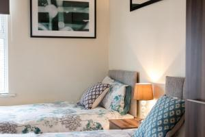 A bed or beds in a room at Linslade Apartment - for Groups and Contractors