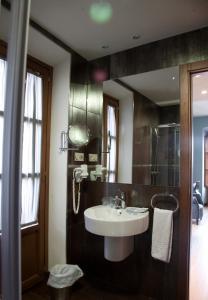 A bathroom at Hotel Alfonso IX