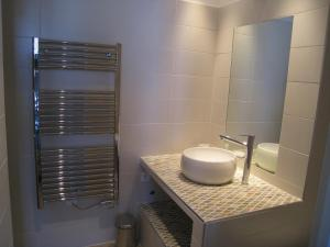 A bathroom at Studio magnifique vue mer