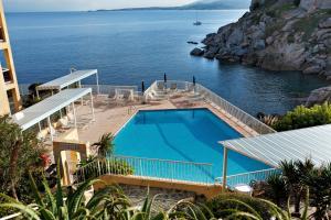 Vue sur la piscine de l'établissement Hotel Saint Christophe ou sur une piscine à proximité