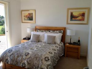 A bed or beds in a room at Emerald View House