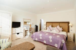 A bed or beds in a room at Hampshire Hotel Saint Helier Jersey