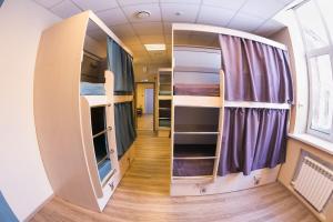Двухъярусная кровать или двухъярусные кровати в номере Хостел Авача