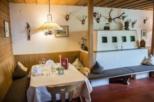 Ein Restaurant oder anderes Speiselokal in der Unterkunft Hotel Helga