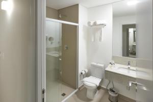 A bathroom at Ramada by Wyndham Campinas Viracopos