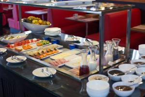 A restaurant or other place to eat at Ramada by Wyndham Campinas Viracopos