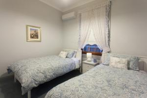 A bed or beds in a room at Rawson's Retreat - Five Bedroom Home - Walk CBD - Includes Breakfast