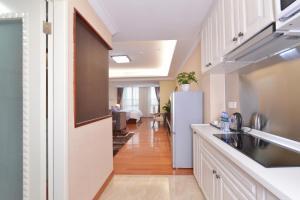 A kitchen or kitchenette at Yo Le Le Apartment