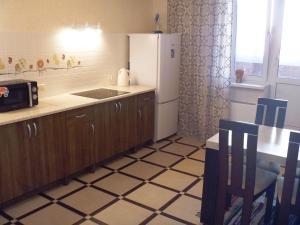 A kitchen or kitchenette at Apartments on Serebryanka 46