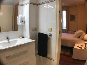 A bathroom at Pension Anne