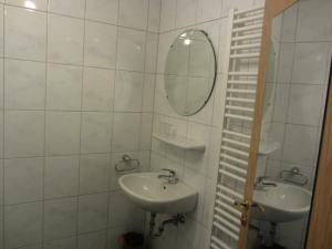 A bathroom at Hotel Gasthof Pension Riebel