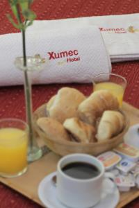 Breakfast options available to guests at Hotel Xumec Mendoza