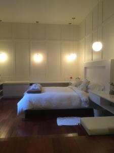 A bed or beds in a room at Sir Montcalm Gite B&B