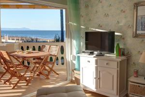 A television and/or entertainment centre at Apartamentos Oliver Playa
