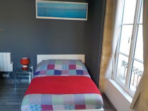 A bed or beds in a room at Apparts en ville Place de la Bourse