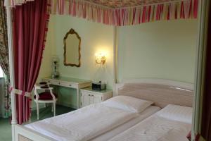 Ein Bett oder Betten in einem Zimmer der Unterkunft Hotel Hohenstauffen