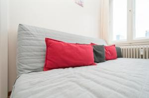 A bed or beds in a room at City-Appartements Nordkanalstraße contactless Check in