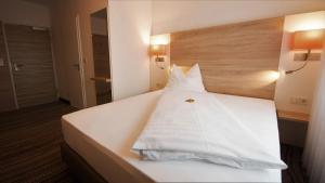 Ein Bett oder Betten in einem Zimmer der Unterkunft Hotel-Restaurant Krüger