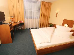 Ein Bett oder Betten in einem Zimmer der Unterkunft Transmar Travel Hotel