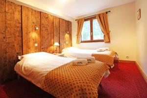 A bed or beds in a room at La Ferme des Praz apartment - Chamonix All Year