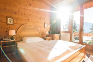 Ein Bett oder Betten in einem Zimmer der Unterkunft Swiss Chalet-Style Hotel Walliser Spycher