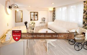 Ein Sitzbereich in der Unterkunft Hotel Walliserhof - The Dom Collection