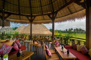 A restaurant or other place to eat at Honai Resort