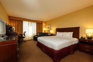 A bed or beds in a room at DoubleTree by Hilton Tarrytown