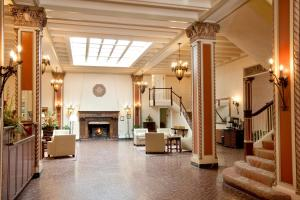 The lobby or reception area at Cardinal Hotel