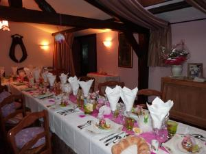 A restaurant or other place to eat at Auberge du Val au Cesne