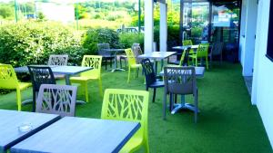 A restaurant or other place to eat at ibis budget Metz Sud
