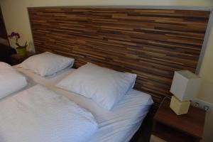 A bed or beds in a room at aQuarium Vendégház
