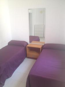 Een bed of bedden in een kamer bij Bungalow Cala Llobeta 32