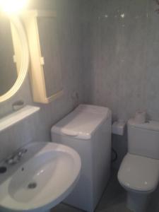 Een badkamer bij Bungalow Cala Llobeta 32