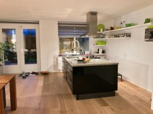 A kitchen or kitchenette at luxe appartement in Rotterdam Centrum