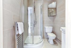 Un baño de Fabulous Apartment Central London