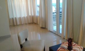 A seating area at Altos del Lago departamentos