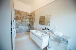A bathroom at Banyers House