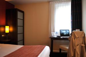 A television and/or entertainment center at Hotel Inn Design Le Havre (Ex Kyriad)