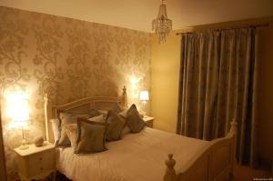 A bed or beds in a room at Sneem River House